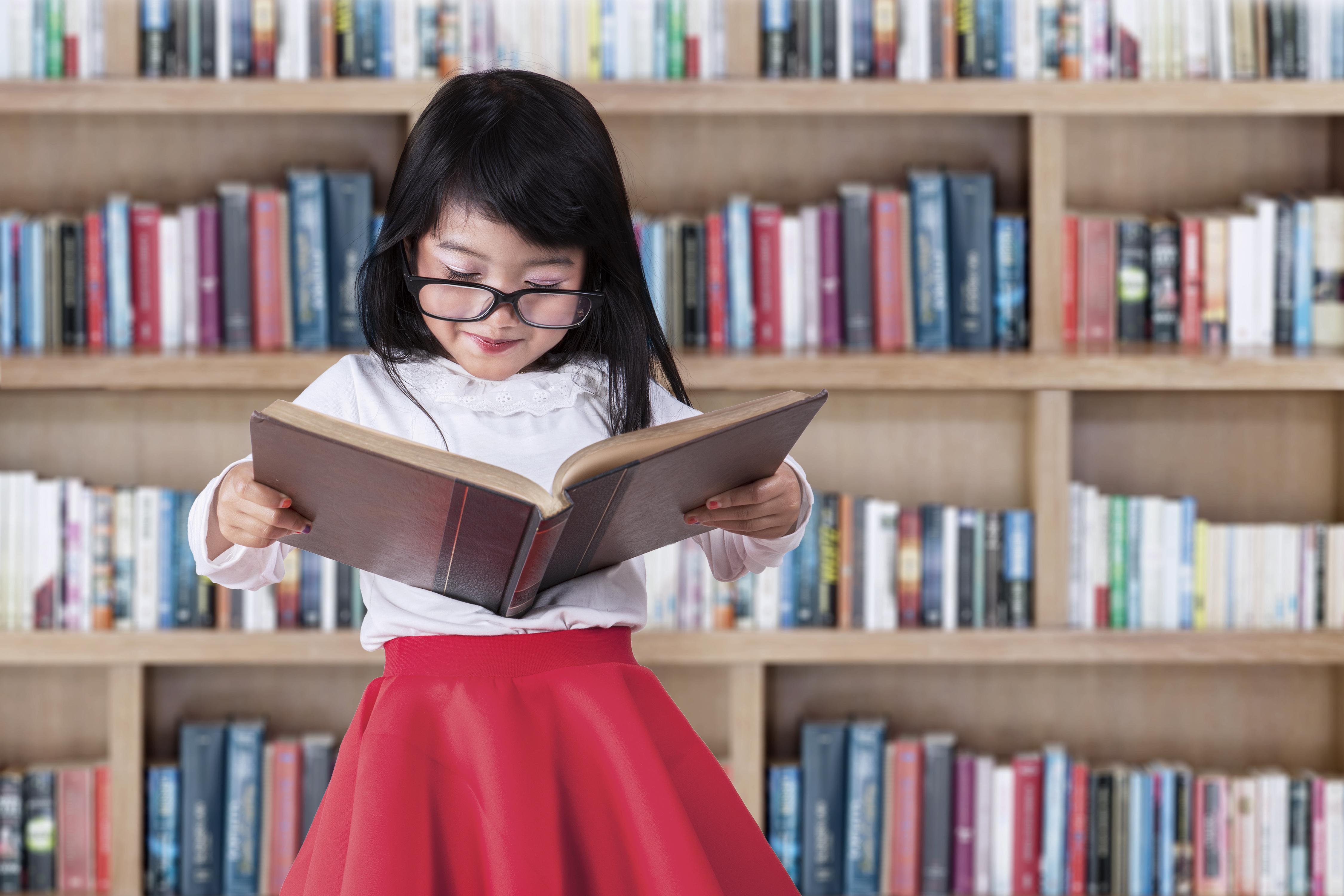 Открытки, картинки дети и книги в библиотеке