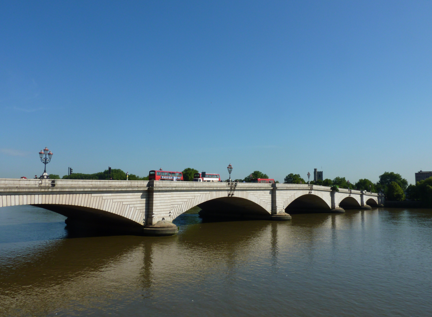London Jogger Pushes Woman In Front Of Bus Putney Bridge Photo: Glabb, WikiCommons, No Change