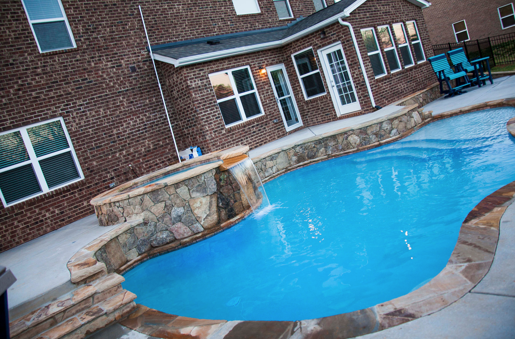 Fiberglass swimming pools vs concrete swimming pools which - Concrete swimming pools vs fiberglass ...