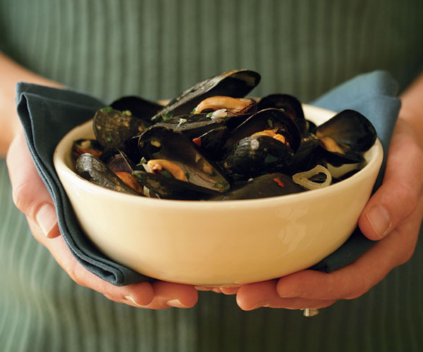 Steamed Mussels with Wine, Garlic & Parsley