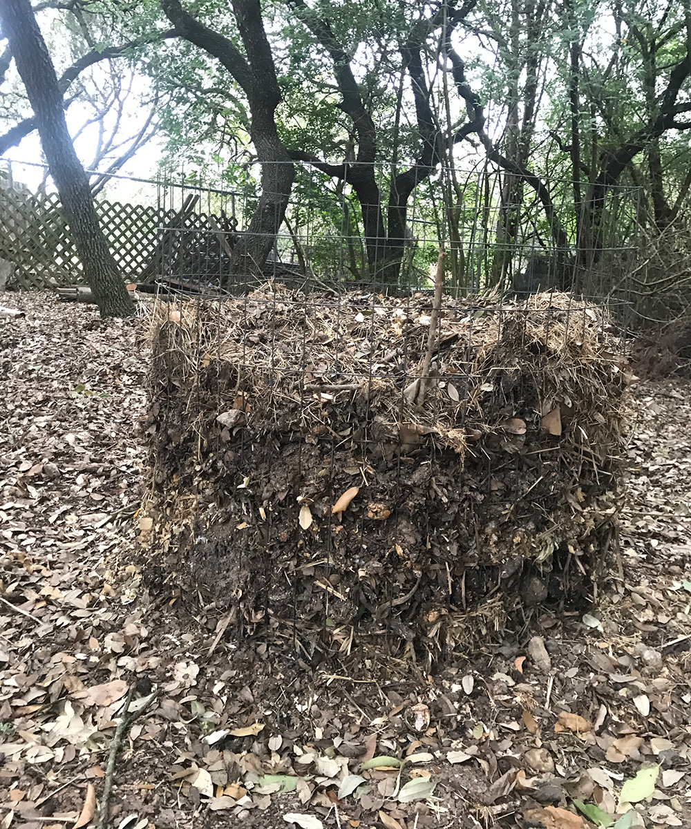 wire mesh compost pile