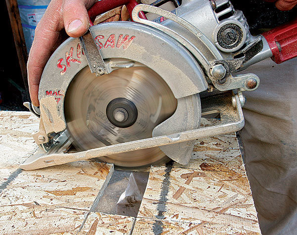 Cutting with a worm-drive saw - Fine Homebuilding