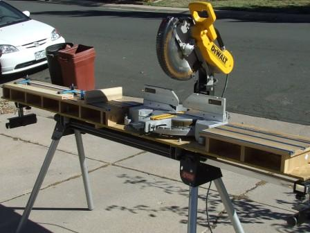 Sturdy, Lightweight Aluminum Construction Thanks to its aluminum construction, this DEWALT saw stand is both strong and lightweight. At just 35 pounds, the stand is easy to transport, giving you the advantage of a versatile, stable saw setup--no matter where your job takes you and your miter saw.