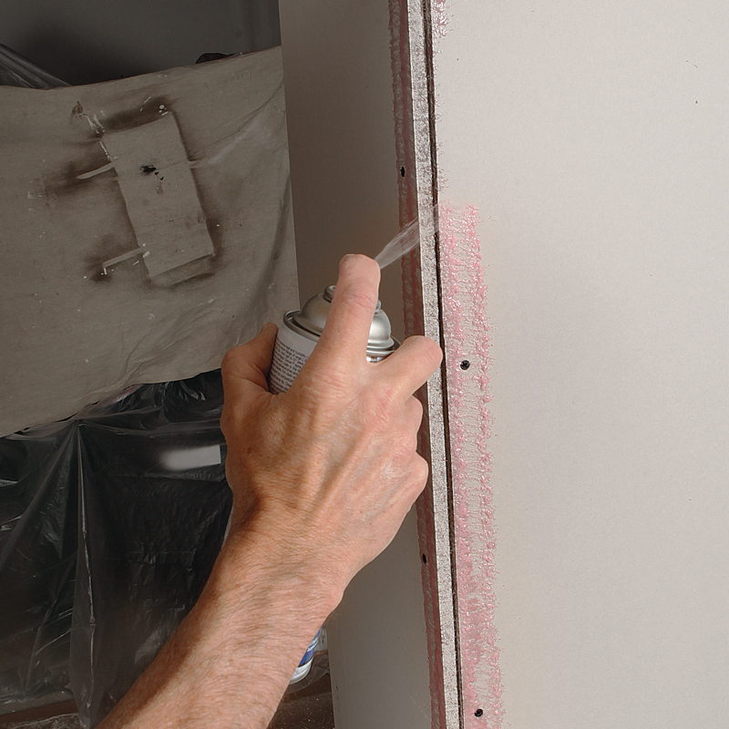 Spray both sides. Spray a medium-heavy coat of adhesive to both sides of the corner.
