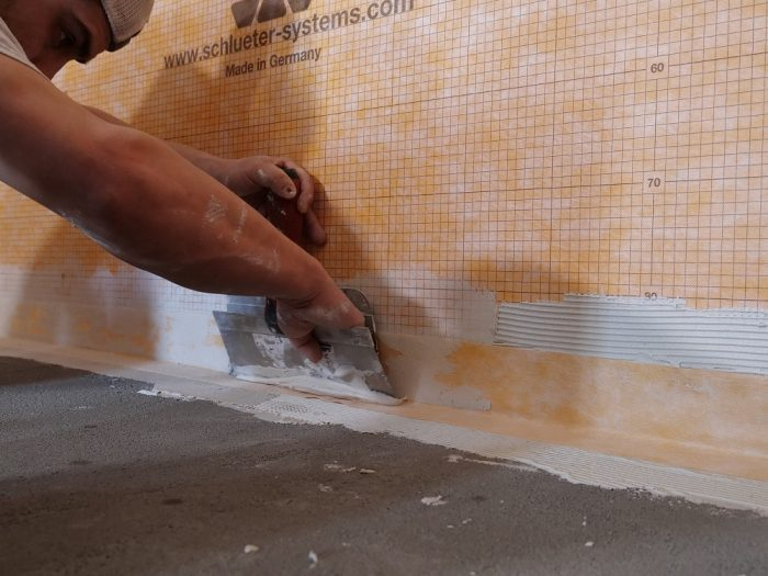 Kerdi-Band flashes the straight runs of the wall/floor intersection.