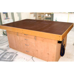 Free plans for sturdy woodworking assembly table workbench using a torsion box top
