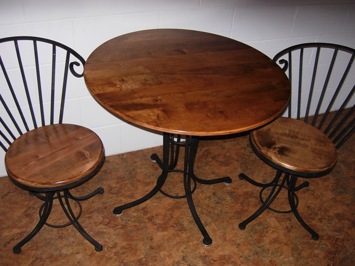 https://s3.amazonaws.com/finewoodworking.s3.tauntoncloud.com/app/uploads/2016/09/06231840/cafe_table_and_chairs-main.JPG