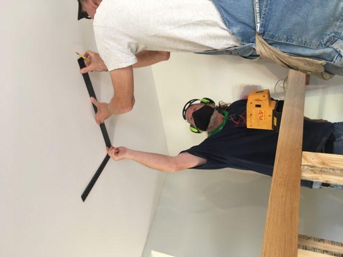 Como construir prateleiras suspensas com iluminação integrada, Parte 2: Instalação 45