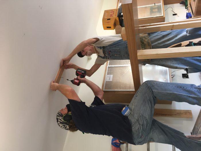 Como construir prateleiras suspensas com iluminação integrada, Parte 2: Instalação 46