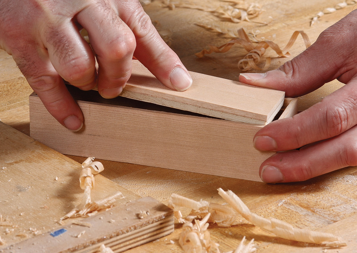Fit the veneered bottom in the box