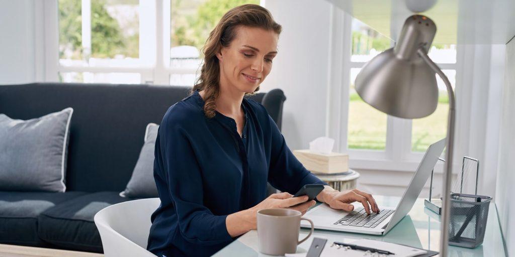 Job seeker looking up jobs for independent contractors.