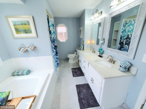 Mainfloor Master suite bathroom! Separate jacuzzi tub and separate shower