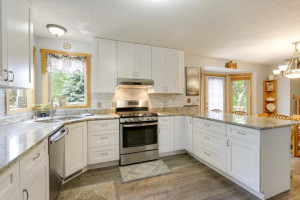 Shows like a model home! Yes, a gas stove!