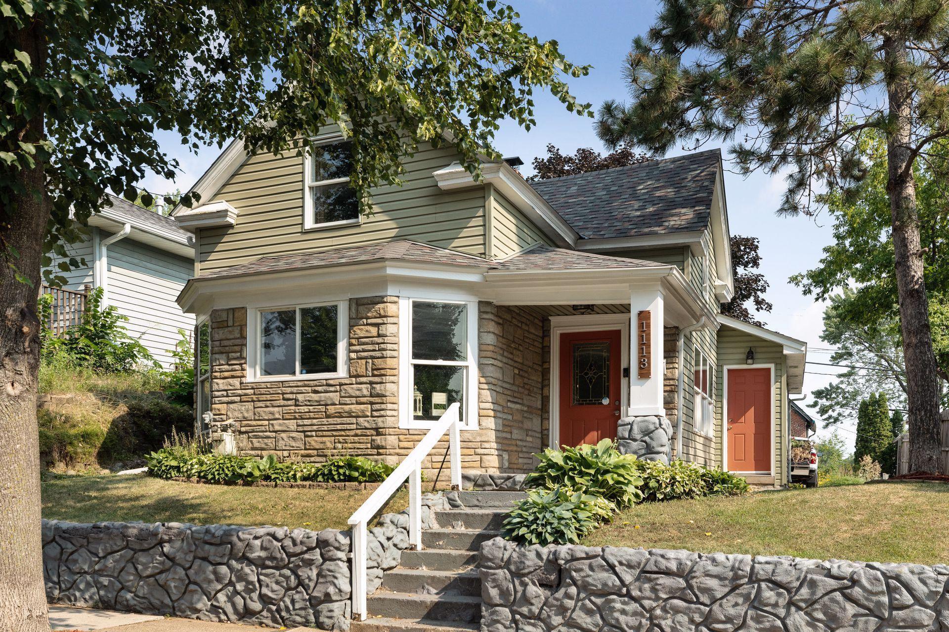 Charming 4 bedrooms, 2 bathrooms bungalow in the Dayton's Bluff neighborhood!