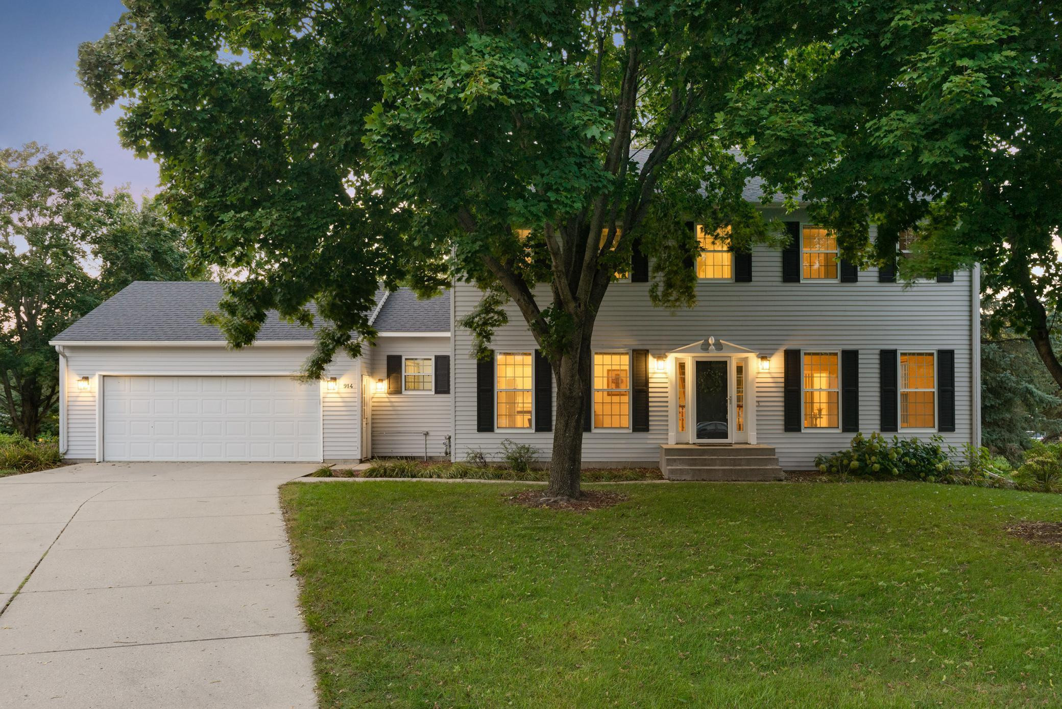 Welcome home to 914 Saint Andrews Pl! This stunning 4 bedroom 4 bath classic colonial is completely turn-key having recently gone through some renovations and updates. Set right next to the golf course, parks and trails!