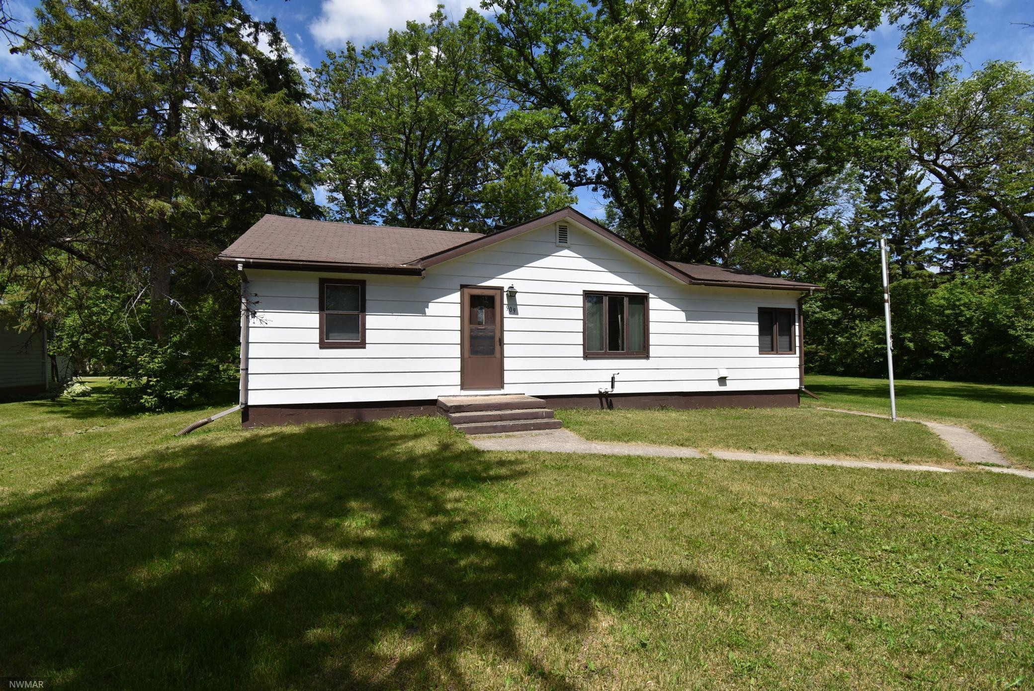 909 Lake Street NE, Warroad, MN 56763