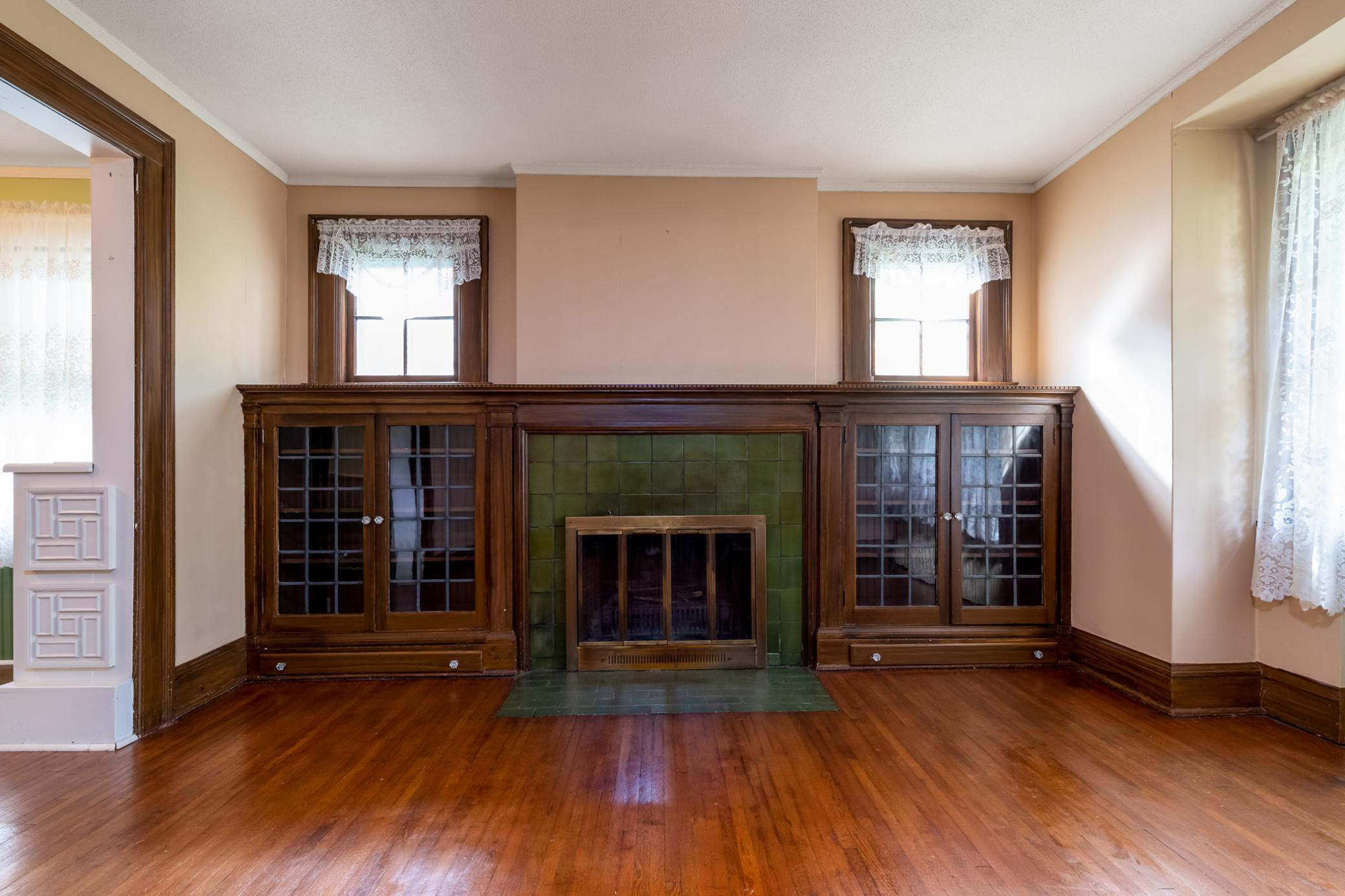 Living Room (Fireplace has not been used fLiving Room (Fireplace has not been used for years)or years)