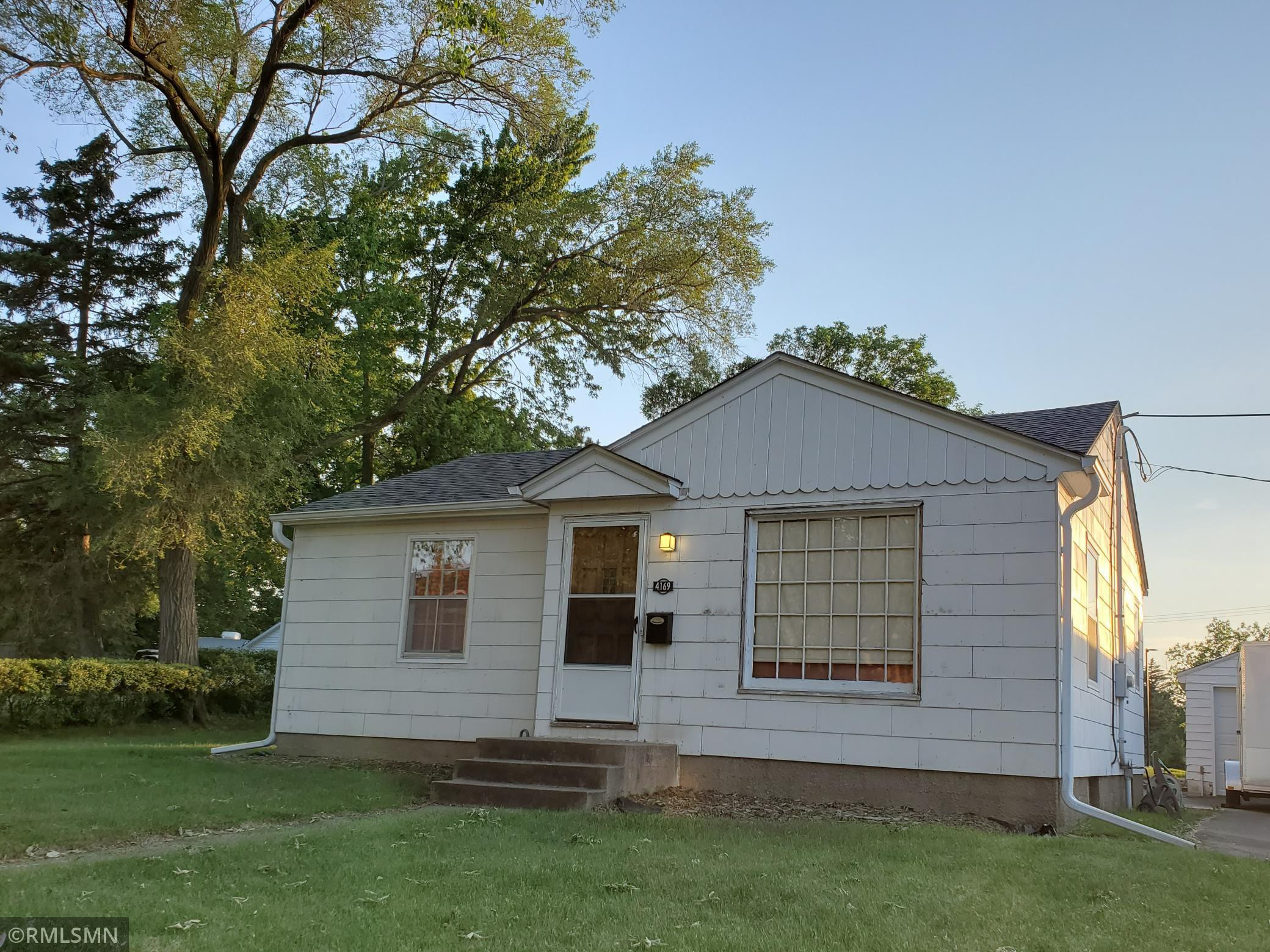Cute rambler with easy access to Highway 100, shopping, and dining, on the border of Robbinsdale, 10 minutes to downtown Minneapolis.