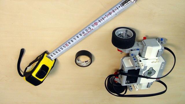 Image for Задача: Свържете моторите с кабели към брика