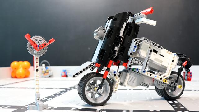 Image for How does the Handlebar Motorcycle LEGO Mindstorms EV3 robot work?