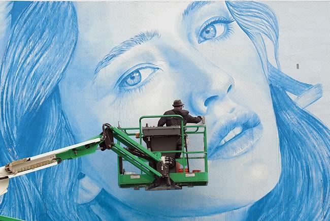 Internationally renowned muralist Rone working in Hollywood