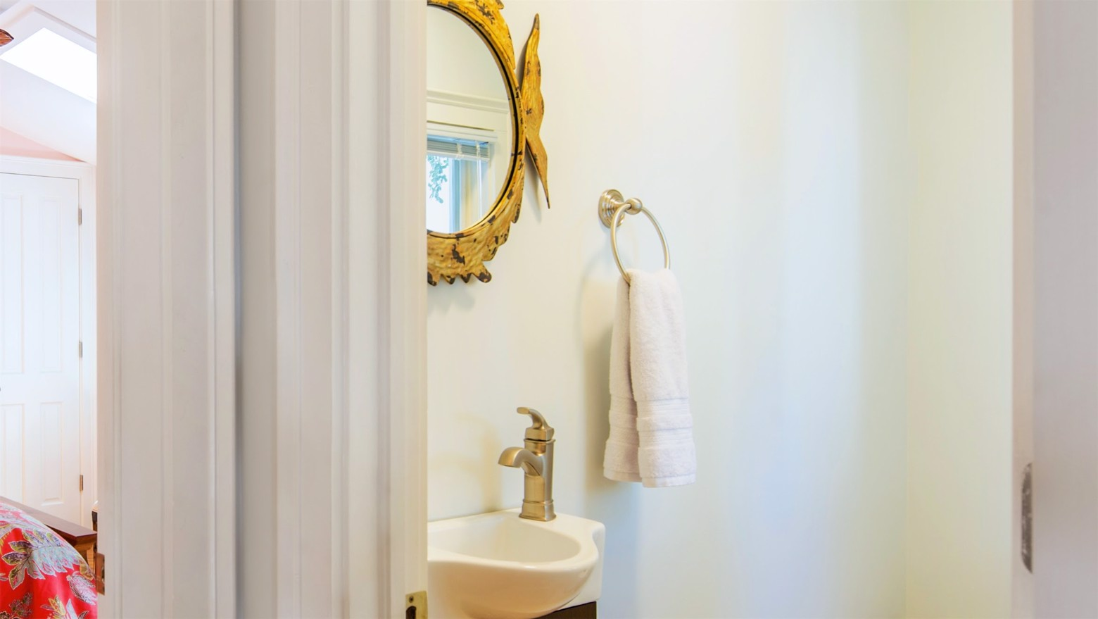 4-733LOVELANE-16x9-powderroom.jpg image