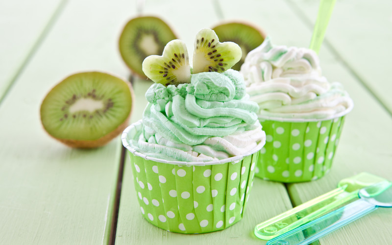 Frozen yogurt with kiwi