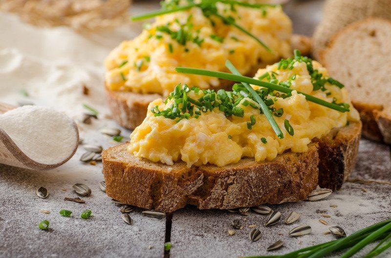 Scrambled eggs onrye