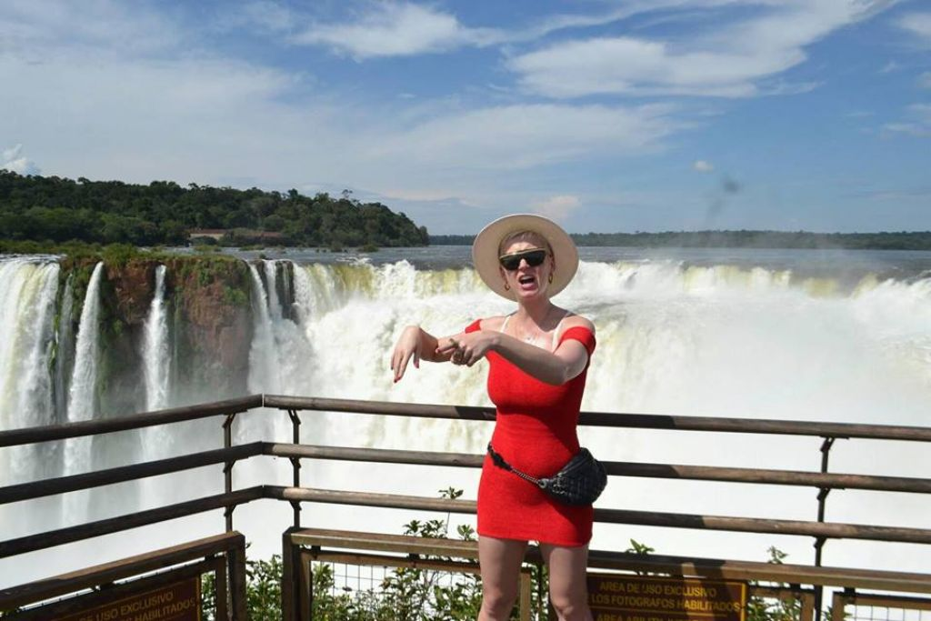 Kate Perry desembarca na fronteira e visita as Cataratas do Iguaçu