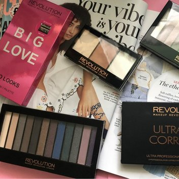 Take home a gorgeous eyeshadow bundle
