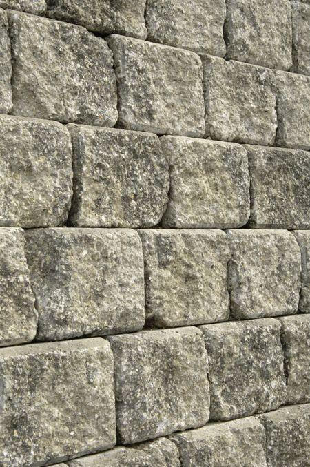 Retaining wall of stone blocks