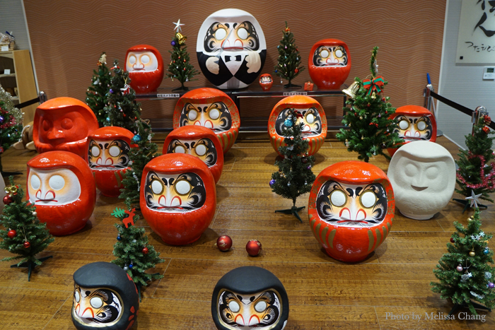 Setting up a holiday Daruma display in Takasaki station.