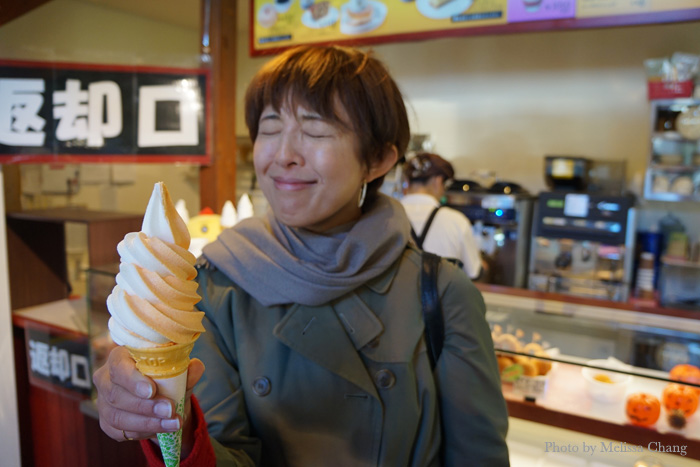 Oishiiiiiiii! Nami-San from Hokkaido Television is thrilled with the yubari-vanilla swirl.