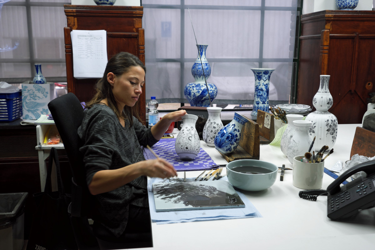 Artist at the porcelain factory in Delft.