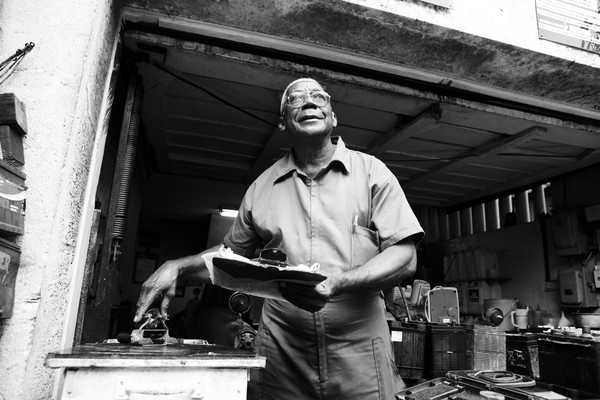 Victor Mendiola Urguelles - one of the Congo mission veterans - in his battery shop. Foto: Jan-Joseph Stok