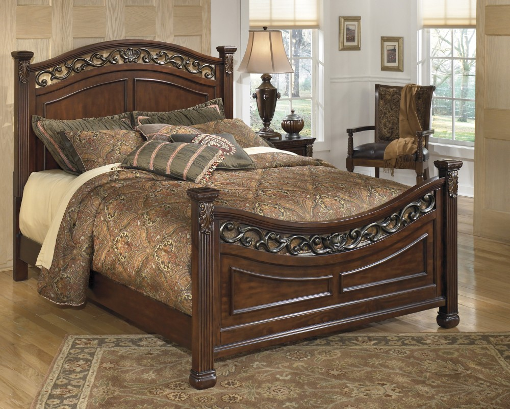 Leahlyn Cal King Panel Bed