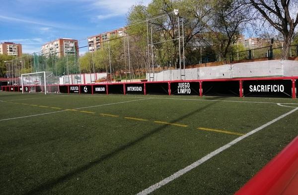 Instaladas protecciones en el vallado perimetral del campo de fútbol de Vereda de Ganapanes