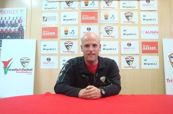 """Entrevista a Pablo Fernández, entrenador del Juvenil """"A"""" del CF Trival Valderas, que ha ascendido al equipo a División de Honor de Juveniles"""