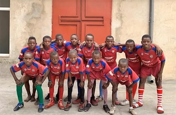Proyecto solidario de la EMF Atlético Algete enviando material deportivo al Congo