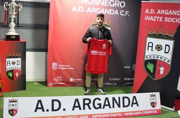"Ismael Gutiérrez ""Isma"", firma por la A.D. Arganda C.F. del técnico Chechu Doblado"