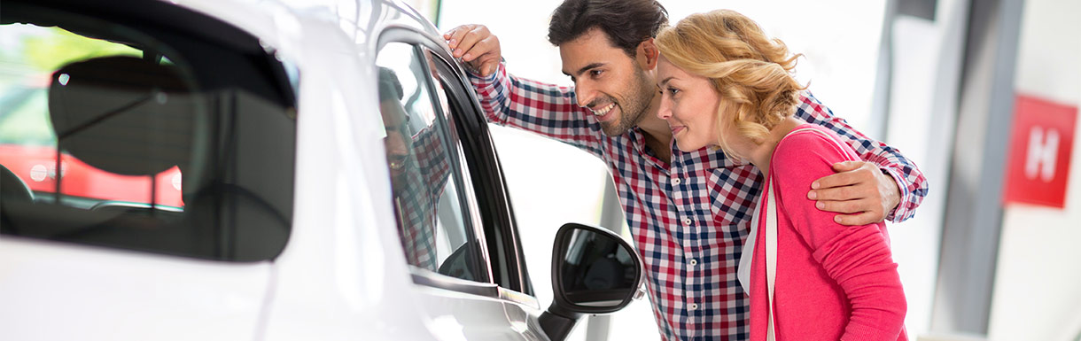 Man and woman viewing cars | Live Market Pricing