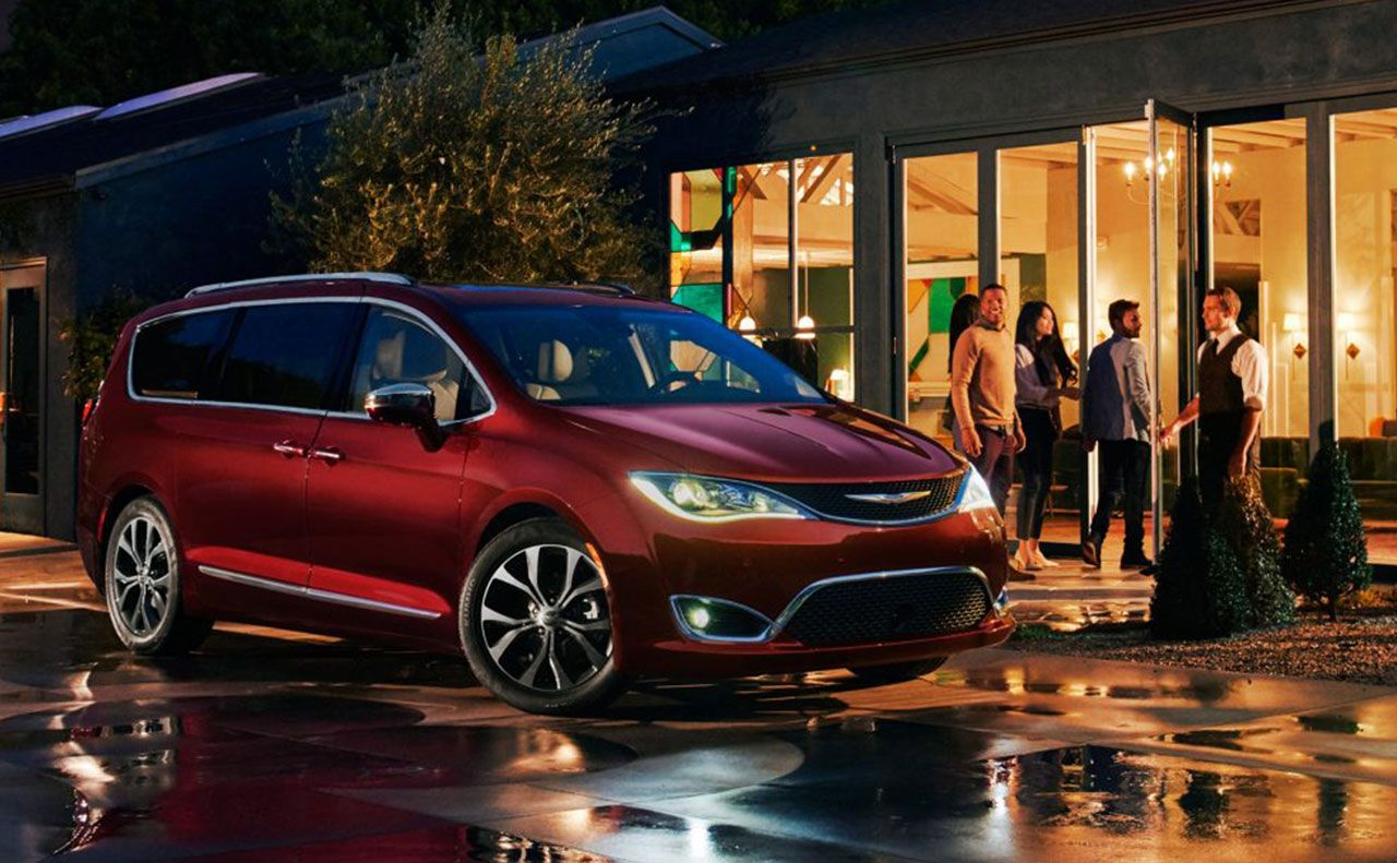 2017 chrysler pacifica exterior night lights parked