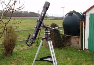 Tiro fotos astronômicas usando telescópio refrator