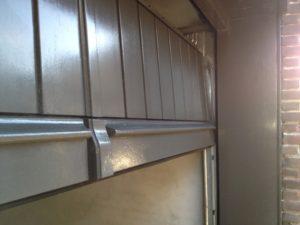 Houten sectionaaldeur met verticale profilering
