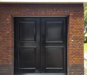 Elektrische openslaande garagdeur uitgevoerd als sectionaaldeur