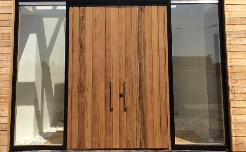 Nieuwe houten voordeur
