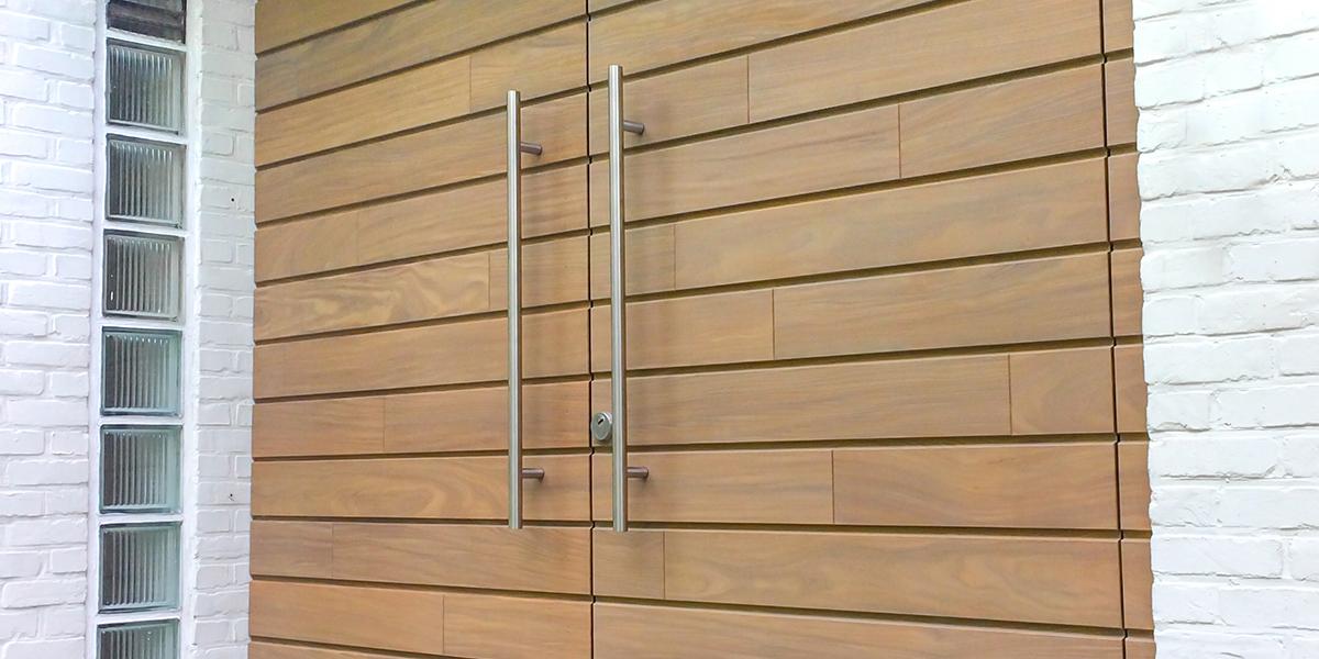 Houten-voordeur-en-garagedeur-in-dezelfde-stijl-slide-1