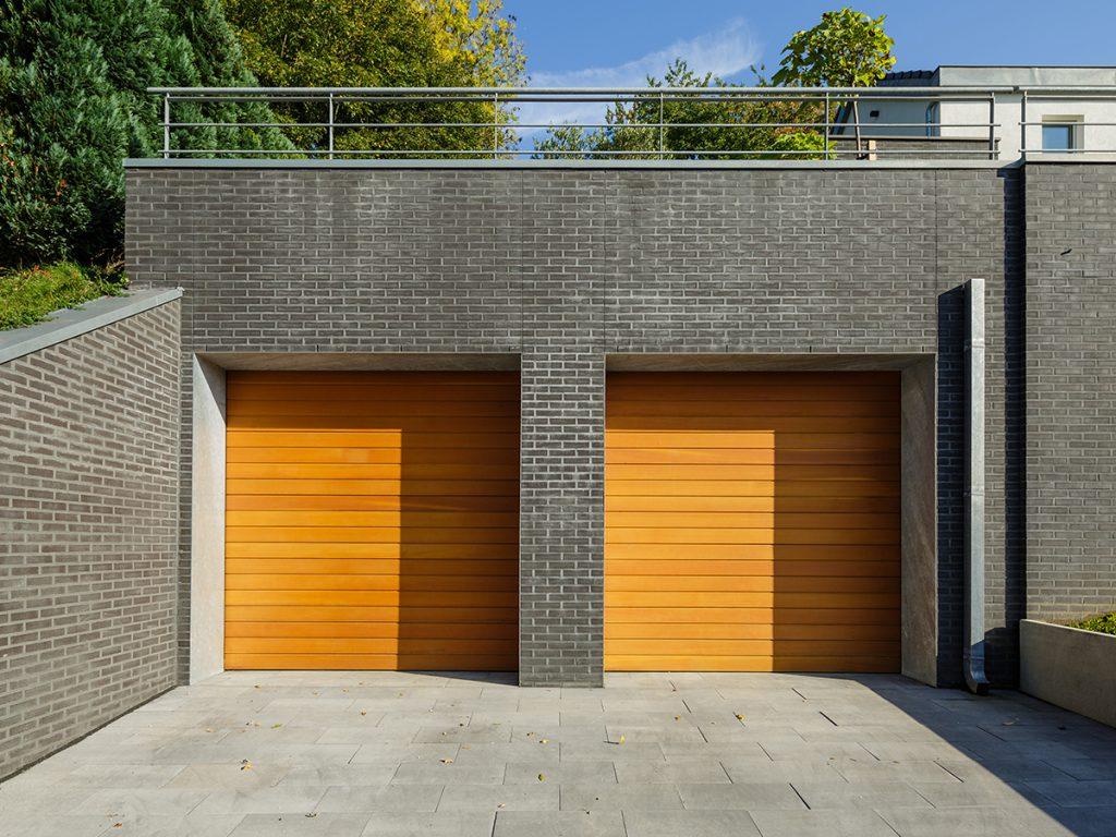Dubbele houten sectionaaldeur horizontaal geprofileerd