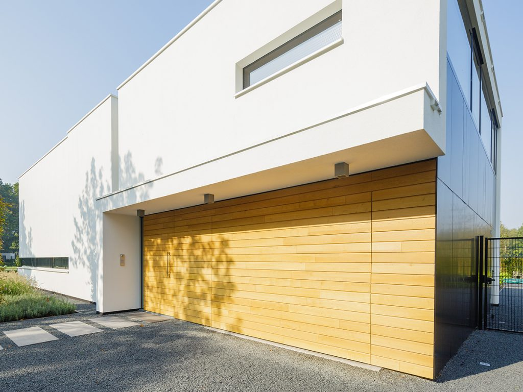 Houten sectionaaldeur geïntegreerd in gevel