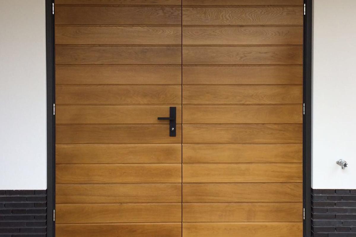 Houten-openslaande-garagedeur-met-bijpassende-voordeur-3